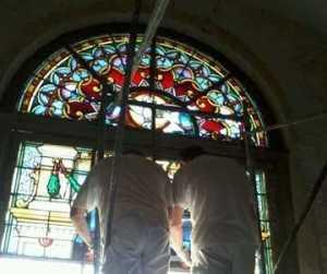 Empresa española continúa restauración de vitrales de la Catedral de Cienfuegos