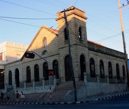 Iglesia Metodista de Cienfuegos, jugando con las luces en la su fachada